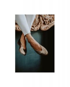 Bailarina Mujer Piel metalizada oro viejo