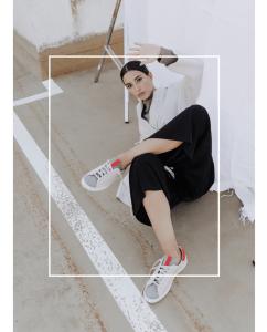 Sneaker Mujer Gris Rojo